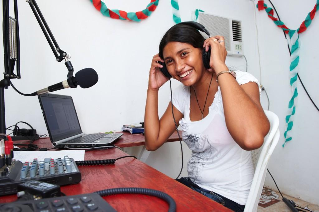 Radiomitarbeiterin Roxana vor dem Sendepult in Zacate Grande