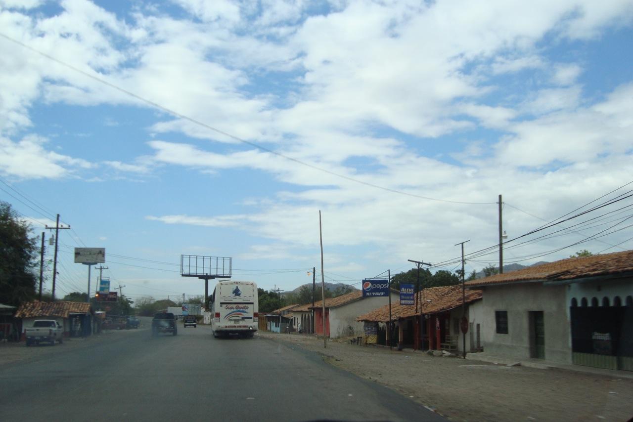 Dorfgegend auf dem Festland vor Zacate Grande