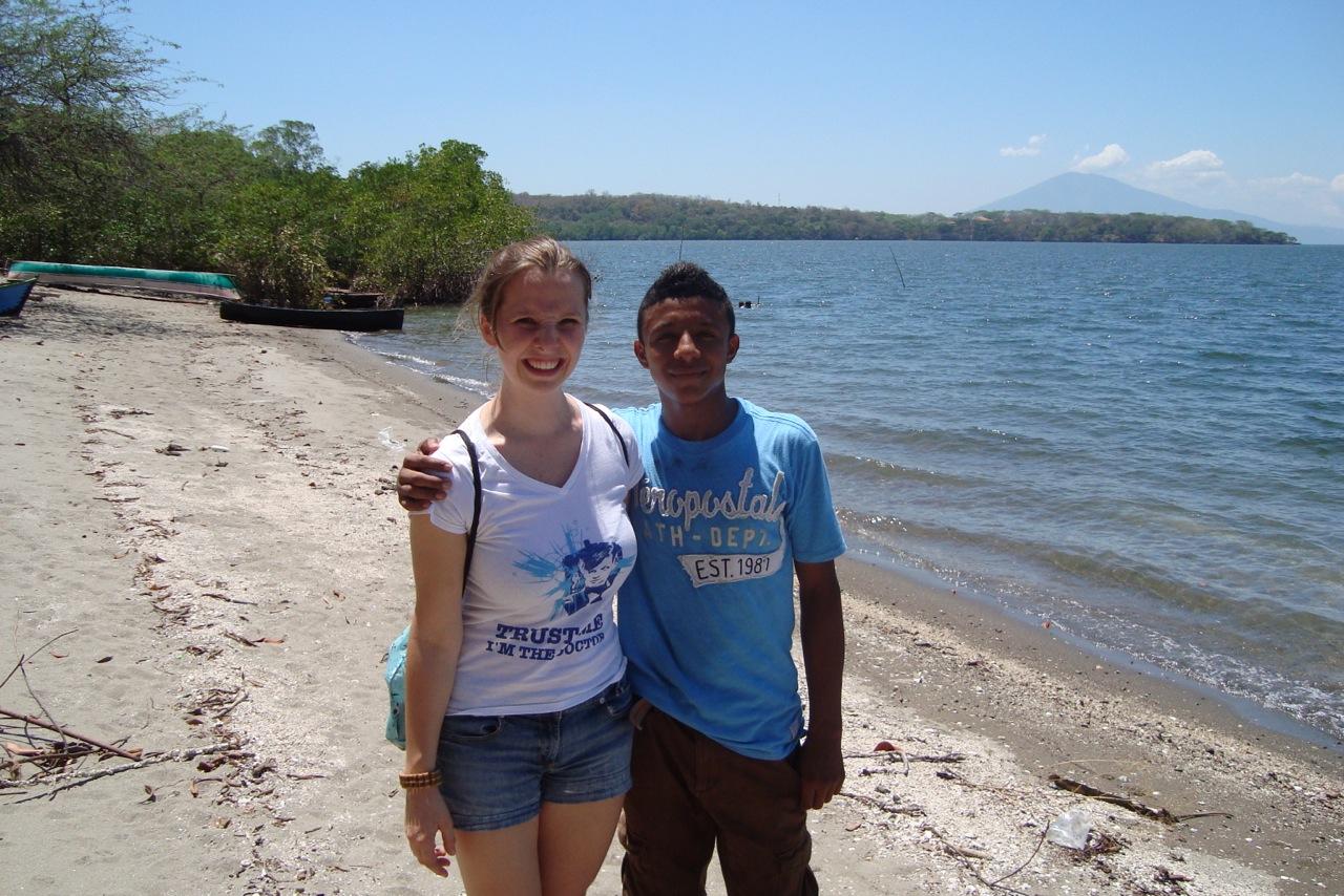 Ensemble Mitglied Noemi Harnickell und Aldo Rubio an einem der wenigen Strände der Insel Zacate Grande, die noch öffentlich zugänglich sind