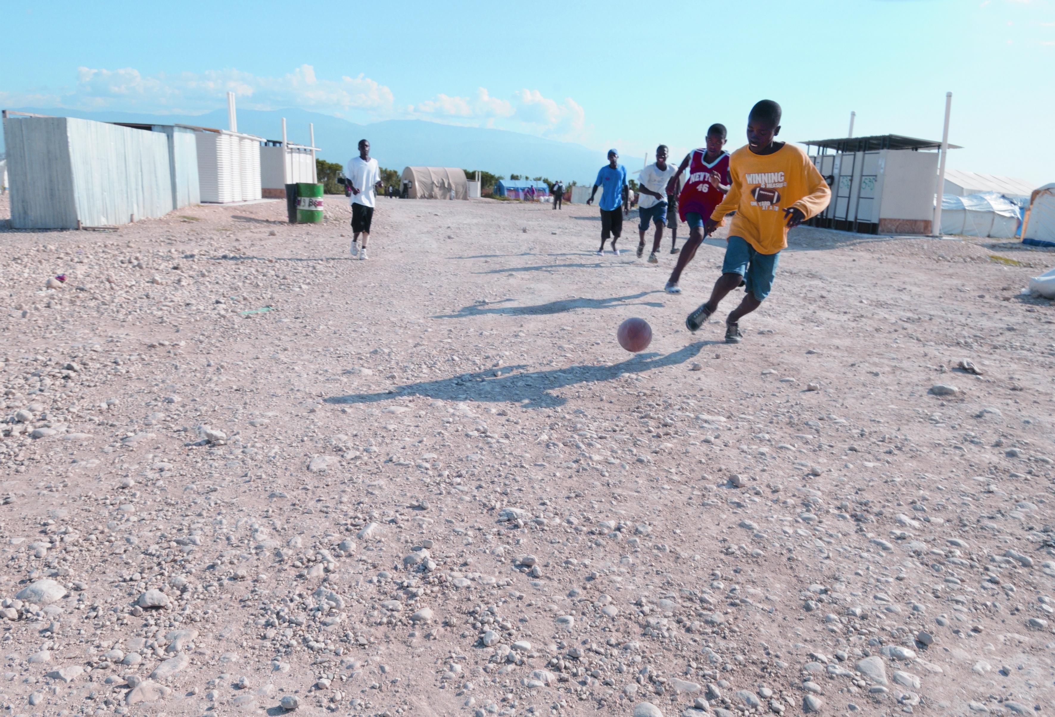 Fussball verbindet weltweit: Jugendliche beim Fussballspiel in Haiti (Bild: zVg. mission 21)