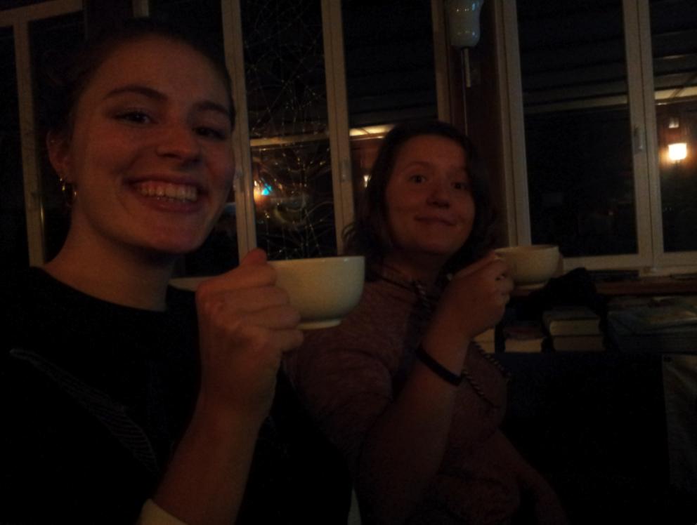 Ensemble-Mitglieder Anna & Nadine probieren die mexikanische Trinkschokolade von Cooperaxion