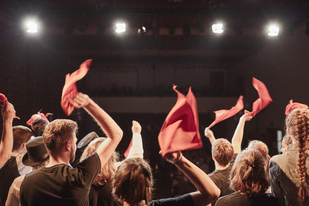 Das Theaterensemble Johannes blickt an der Derniere in den Zuschauerraum und winkt auf Wiedersehen im 2017.