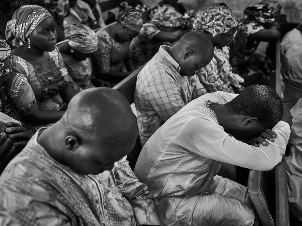 Ins Gebet vertieft: Mitglieder der EYN-Kirche in Abuja, Nigeria